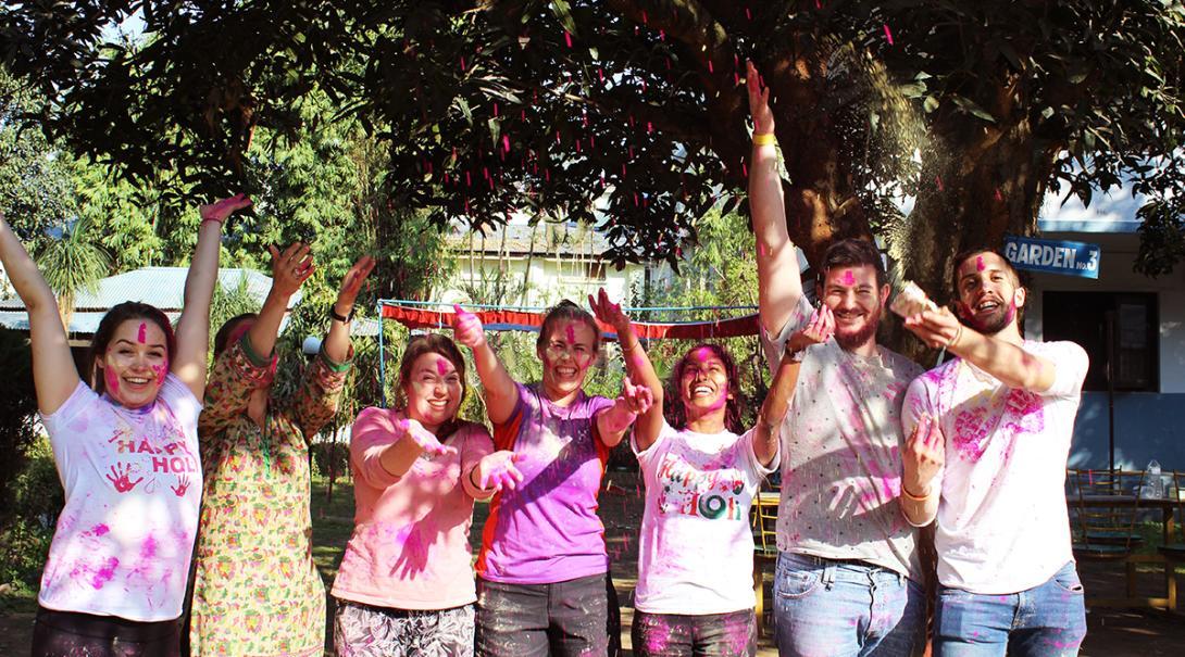 Projects Abroad volontärer firar Holifestivalen i Nepal